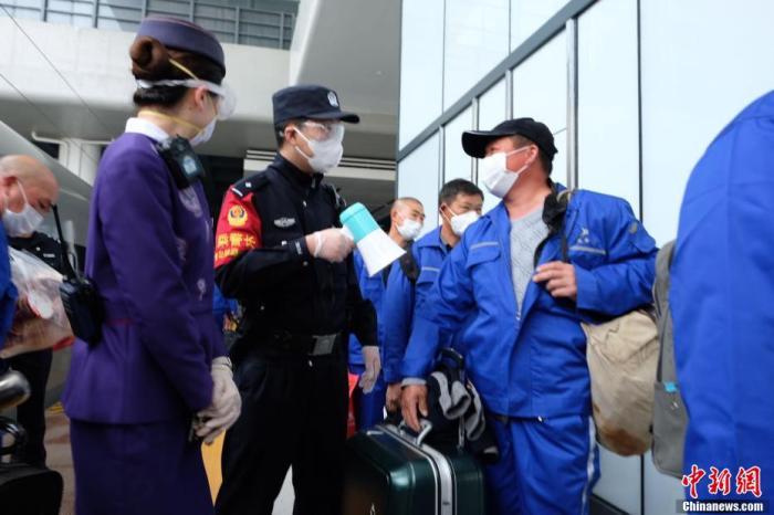 湖北襄阳发出首趟跨省复工高铁专列。图为务工人员有序进站。 贺瑞民 摄