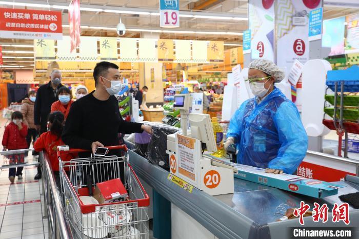市民在超市排队结算 王康荣 摄