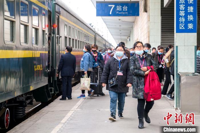 3月20日,游客乘坐Y676次专列抵达襄阳站 蔡佳丽 摄