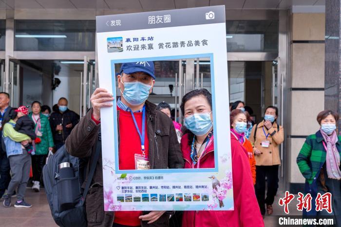 游客在襄阳站拍照留念 焦扬 摄