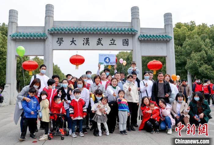 图为援鄂医疗队员在武汉大学门口合影 张畅 摄