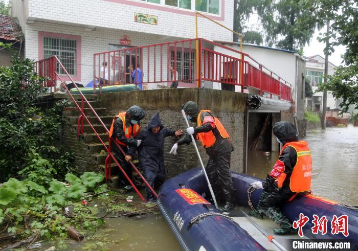 消防员在黄冈市团风县团风镇十里湖村转移受困人员。 王方 摄