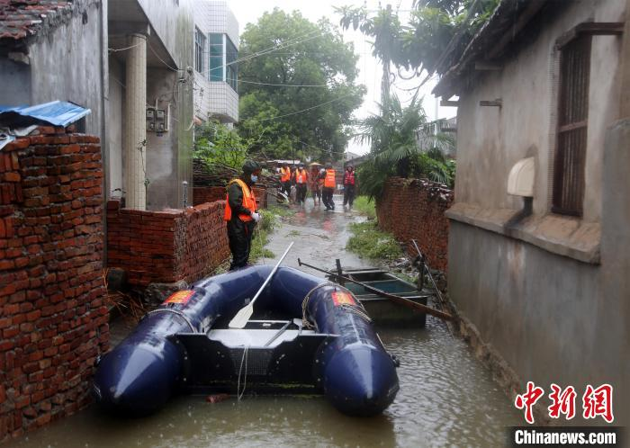 消防员在黄冈市团风县团风镇十里湖村救援。王方 摄