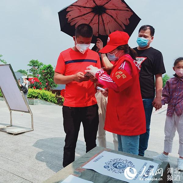 """武汉旅游景区""""五一""""恢复开放 志愿者保驾护航"""