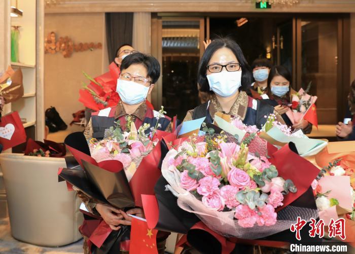 安吉首批驰援武汉医疗队队员汪学丽、罗玉红也回到了阔别已久的家乡 张卉 摄