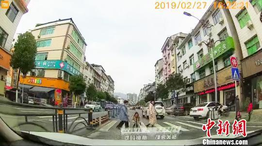 柳蒙圆鞠躬致谢让行司机(视频截图) 五峰宣传部 供图 摄