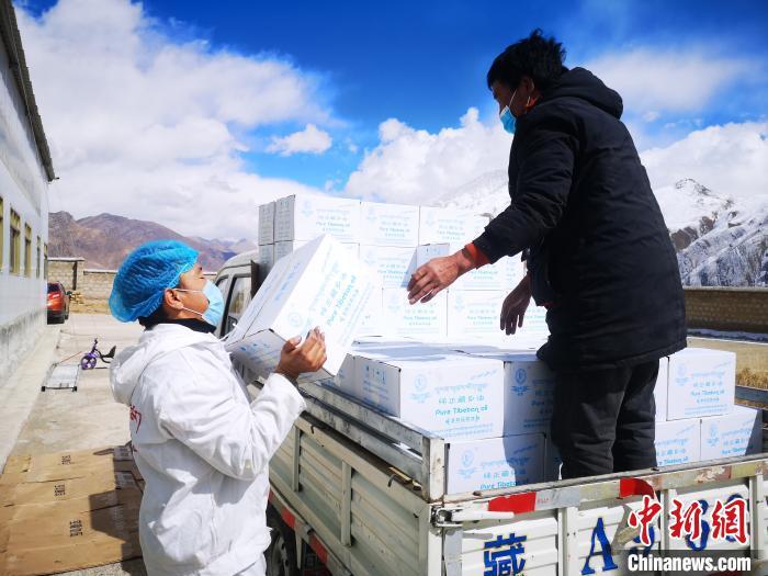 图为工作人员搬运物资。堆龙德庆区宣传部供图