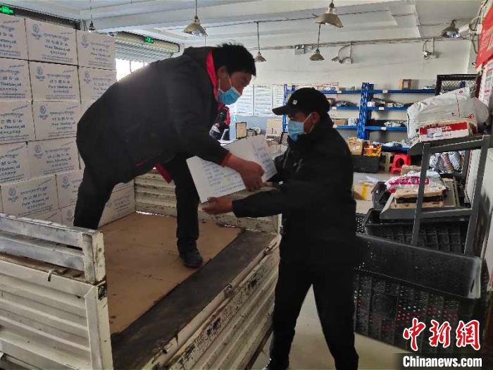 图为工作人员采购物资。堆龙德庆区宣传部供图