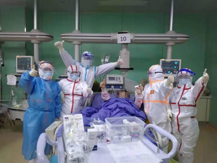 一危重新冠肺炎患者和ICU医护人员。 受访者供图