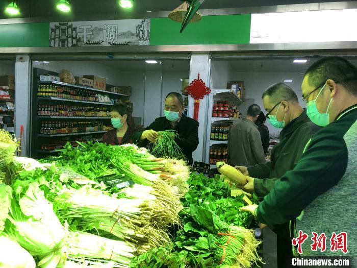 市民在菜市场买菜 郭晓莹 摄