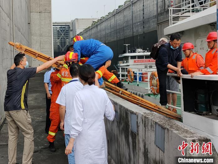 消防人员利用拉梯将船员从船上转移出来 张小永 摄