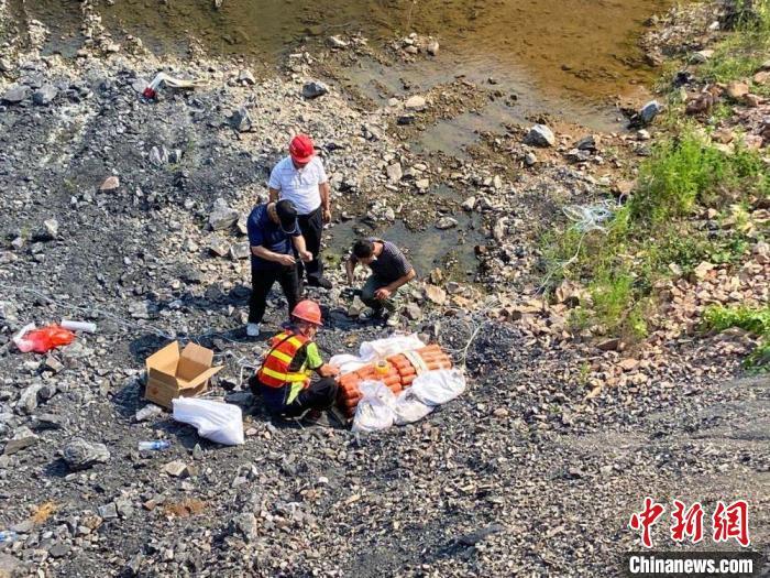 民警以采石场为圆心,设置半径约一公里的警戒线。安陆警方供图