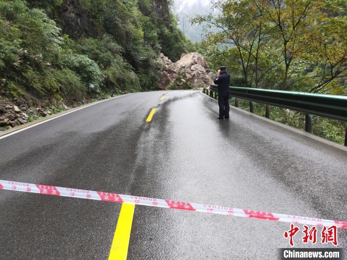 兴山县一处山体突发塌方。 兴山警方 供图