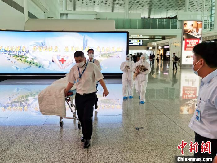 图为,机场工作人员紧急施救产妇母子 陈晓东 摄