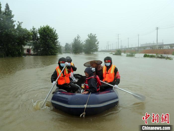 团风县团风镇十里湖村淹水严重。 王方 摄