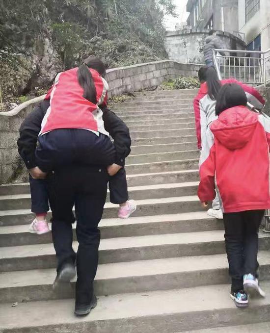 名媛小香风�yi%�ie_刘定灏背小女孩就医 咸丰公安局供图