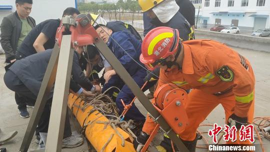 救援人员将伤者救出消防水池 张磊 摄