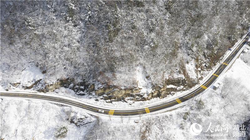 铺设热熔除冰系统的路面与山上积雪成明显对比 摄影 郭裕铭铺设热熔除冰系统的路面与山上积雪成明显对比 摄影 郭裕铭