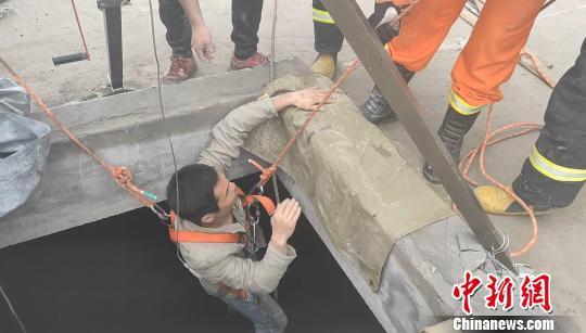 救援人员将被困人员全部救出 张磊 摄
