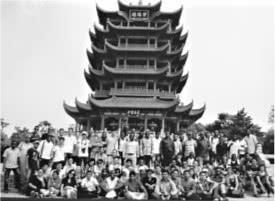 2017年,共有来自176个国家(地区)的留学生2.1万人在湖北学习。图为部分外国留学生在黄鹤楼前合影 。长江日报记者柯立翻拍