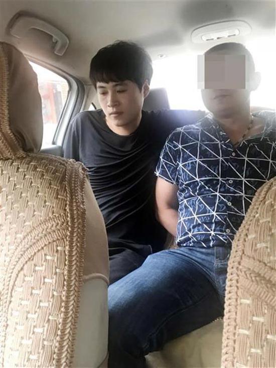 孙某(右)被抓获归案 视界网 丁其刚 丁珮 摄