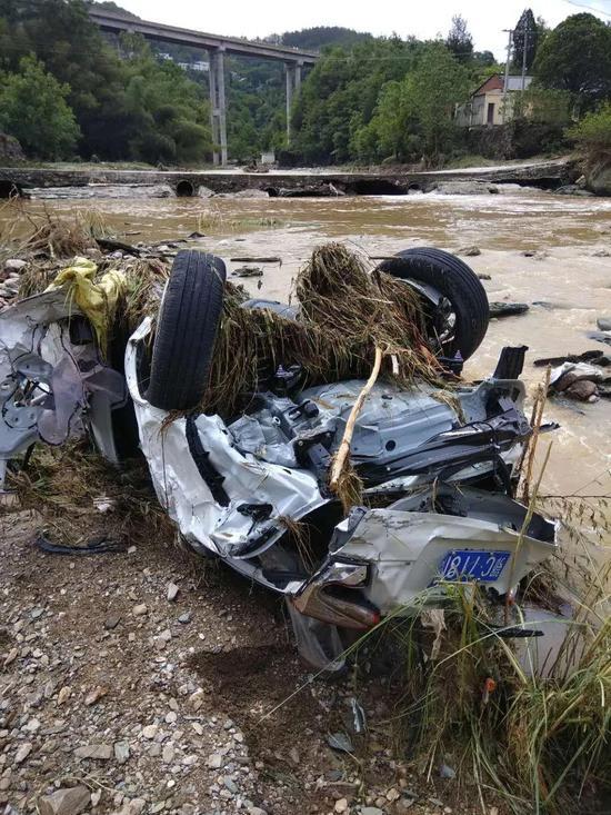 被冲毁的小汽车
