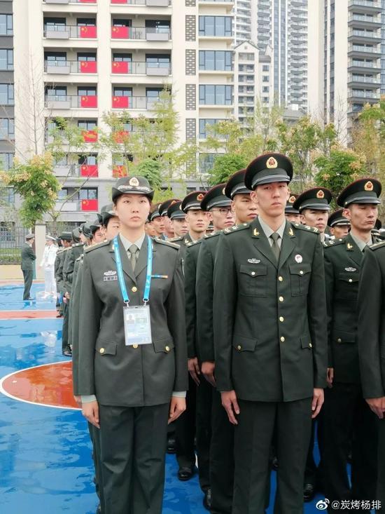 袁心玥站在第一排。 央视记者杨岭微博图