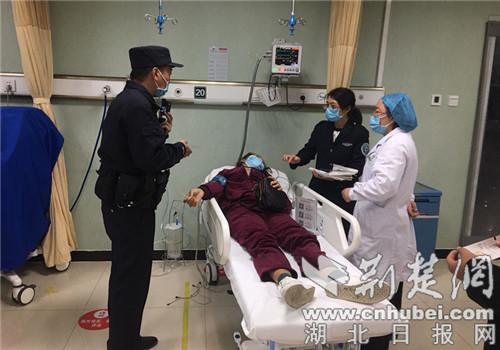民警将女士送往医院。通讯员供图
