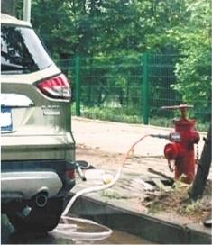 车主竟私用消火栓洗车