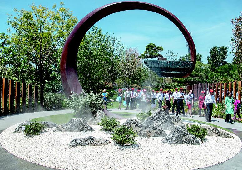 """图为:7月4日,来宾和游客参观湖北园""""楚山问道""""景观区。(湖北日报全媒记者 魏铼 摄)"""