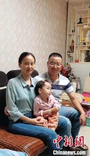 图为王志齐和妻子女儿团聚 受访者供图 摄