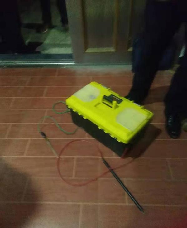 捕猎机器的电瓶(高压电网的一部分) 本文图片均来自受访者