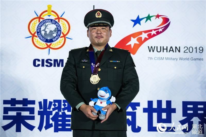 中国选手王洋获军运会射击男子飞碟双向个人赛冠军。