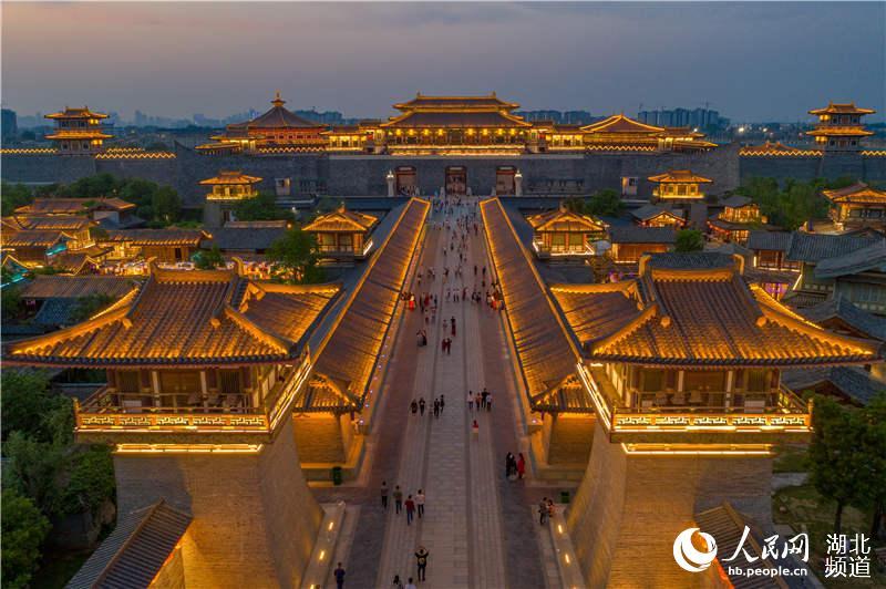 2020年5月1日,湖北省襄阳市,璀璨的仿唐建筑群灯光秀吸引了来自各地游客。