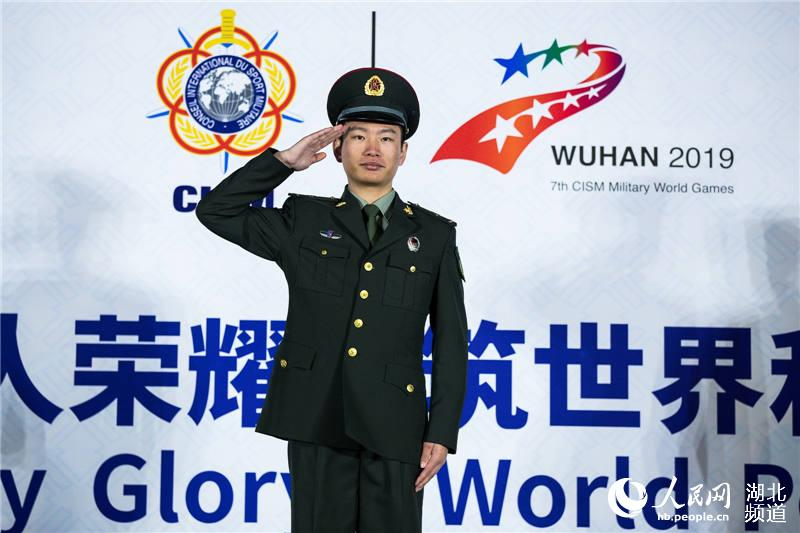 中国选手曹波获射击男子300米步枪军事速射个人冠军。