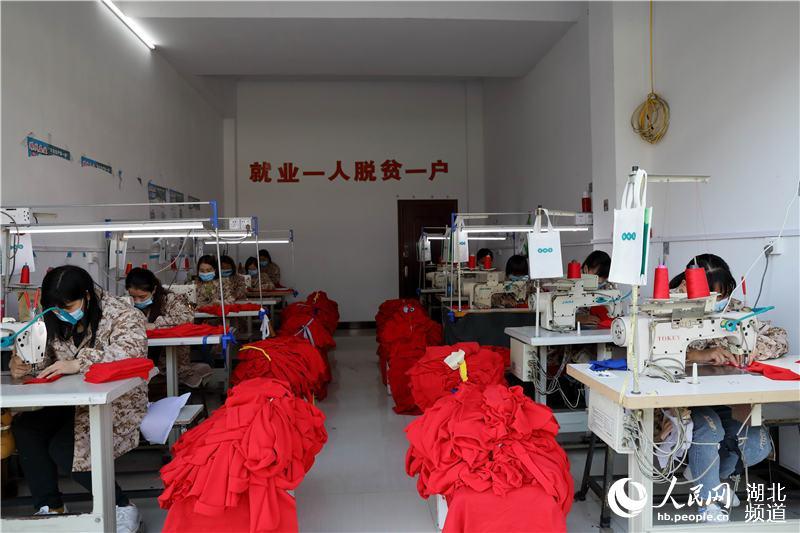 湖北鹤峰:扶贫微车间让留守妇女家门口就业增收
