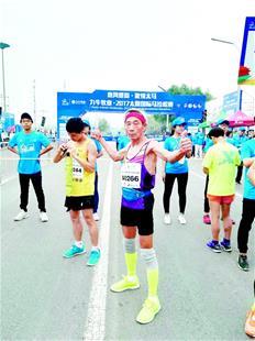 图为:王雨林在太原马拉松比赛中