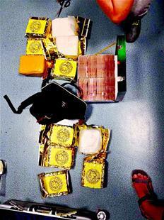 图为民警缴获的毒品和毒资