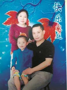 图为杨思轩幼年时和父母在一起(资料图片)