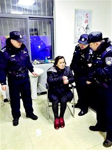 图为:婆婆被带到警务室取暖