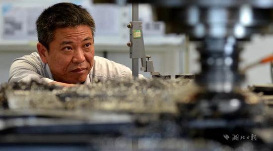 刘军荣,男,1968年7月生,东风汽车有限公司装备公司铣工,高级技师。