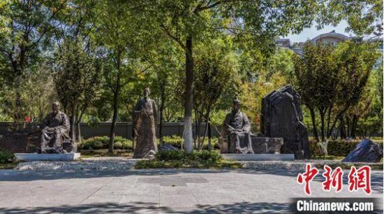 """武汉江滩长江诗廊完工 """"两江四岸""""又添文化景观"""