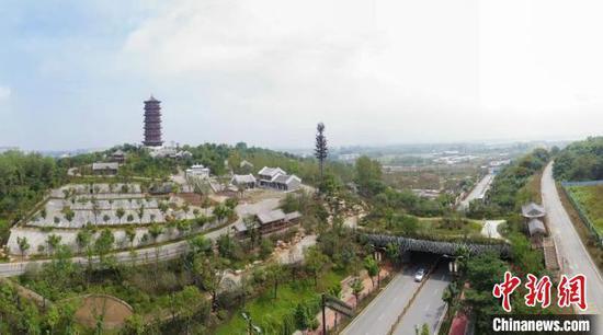 该天桥连接岘首山景区和习家池景区,方便游客游玩 杨东 摄