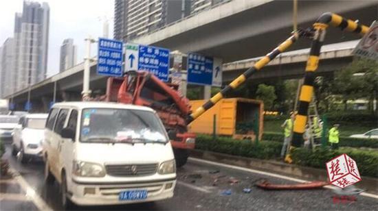 该工作人员表示,欢乐大道高架严禁货车通行,目前他们已把货车司机带回调查