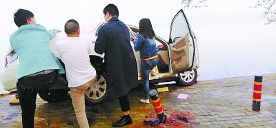 辅警与市民合力救助受困人员 通讯员王谋清 摄