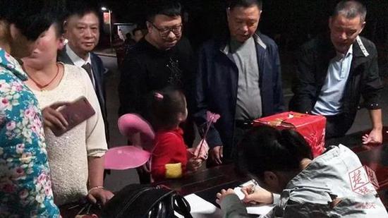 武汉蔡甸一居民家起火被烧精光 邻居自发捐款2.6万