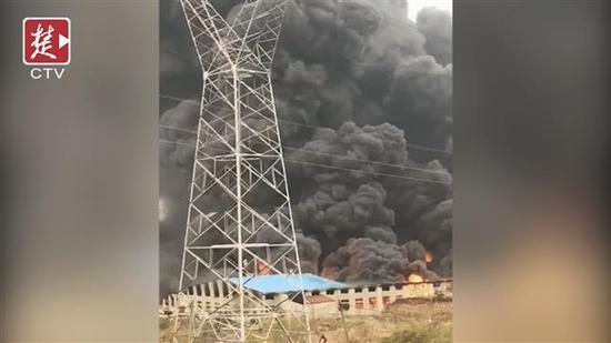 汉川一工厂发生火灾