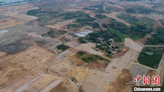 图为湖北国际物流核心枢纽项目建设现场土石方填筑作业(资料图) 柳潇 摄