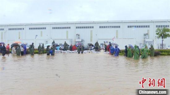 7月2日,强降雨导致湖北省孝感市出现内涝。孝感消防供图
