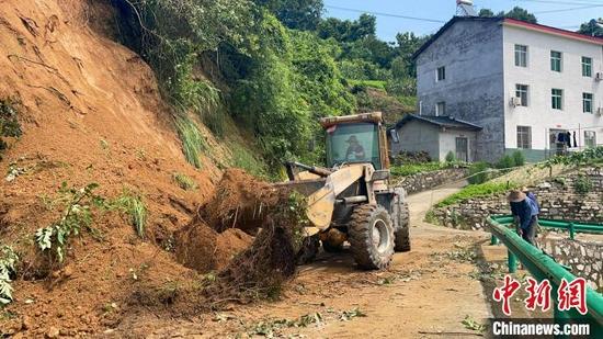 太平溪镇调派机械设备抢通道路。 陈琦 摄